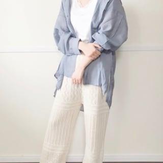 GUのブラフィールにシャツと白の透かし編みニットパンツのコーデ