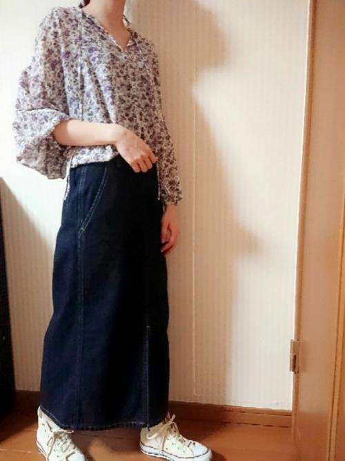 花柄ブラウスとペンシルタイトスカートを着た女性