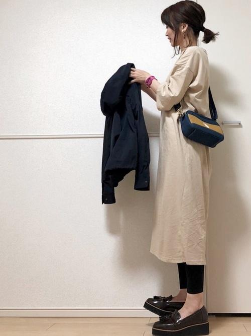 カットソーワンピースにブラウンタッセル厚底ローファーを履いた女性