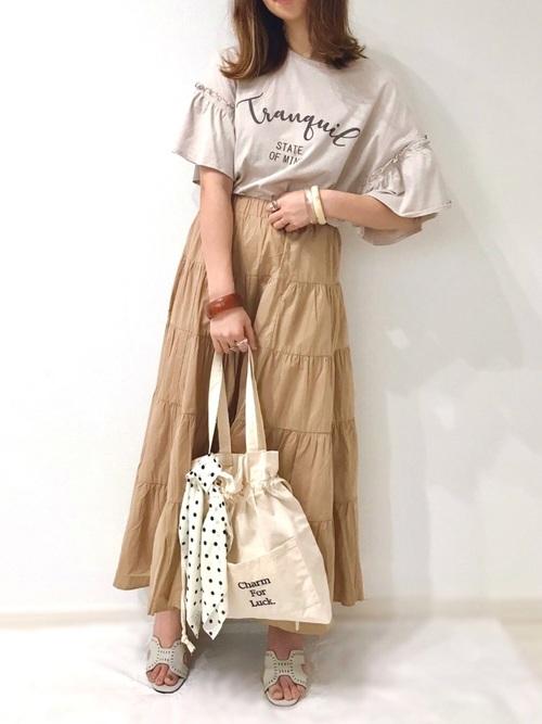 Tシャツにフレアスカートにしまむらのトートバッグのコーデ