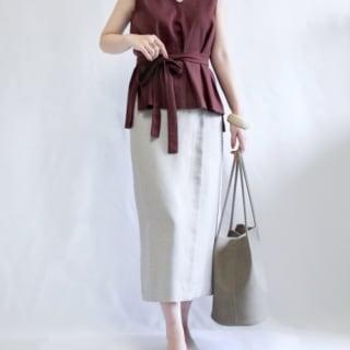 ブラウスと白のスカートにコンフォートジュートミュールのコーデ