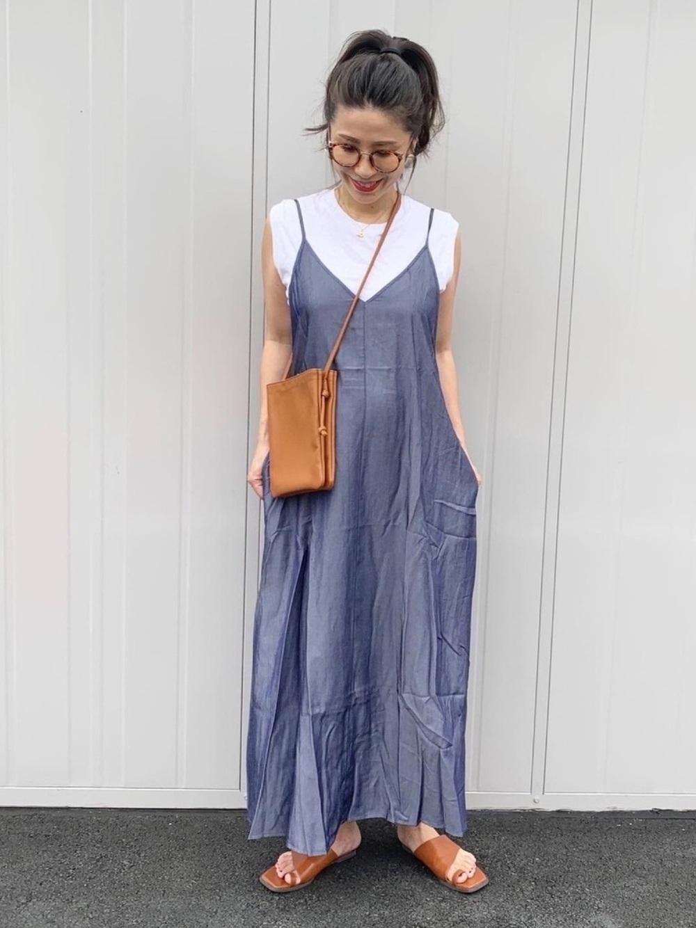 白Tとtitivateのブルーのワンピースを着た女性