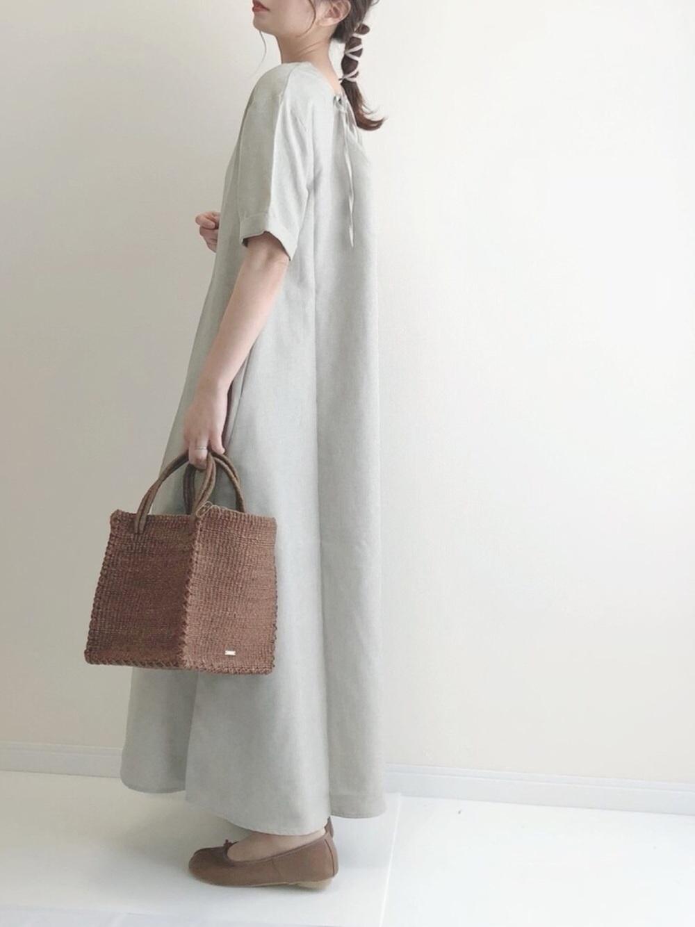titivateのベージュのワンピースを着た女性
