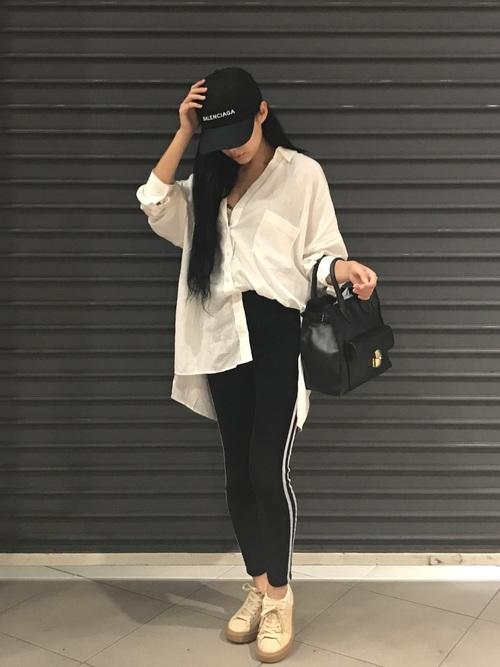 シャツにラインパンツを履いた女性