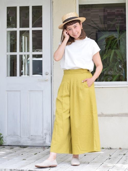 白フレンチスリーブカットソーとハートマーケットのタックワイドパンツにベージュローヒールシューズを履いた女性