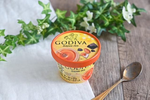ゴディバの蜂蜜アーモンドとチョコレートソースの開封前を正面から