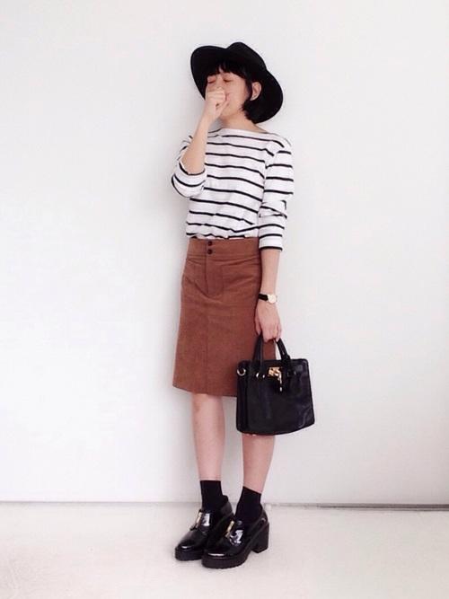 ボーダーカットソーTシャツとブラウン膝丈タイトスカートに黒厚底シューズを履いた女性