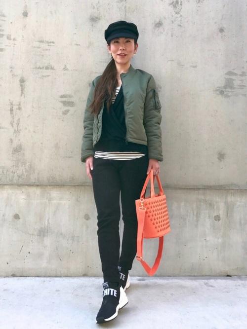 カーキMA-1に黒スウェットパンツを履いた女性
