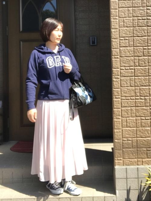 【GAP】紺ジップパーカーとシフォンプリーツスカートにネイビーハイカットスニーカーを履いた女性