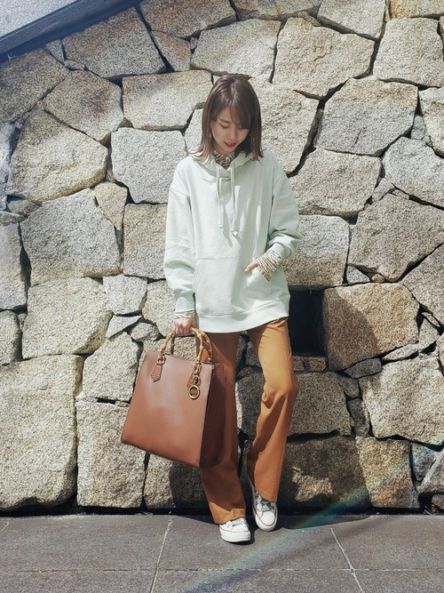 【ユニクロ】スウェットオーバーサイズパーカーとストレッチパンツに白スニーカーを履いた女性