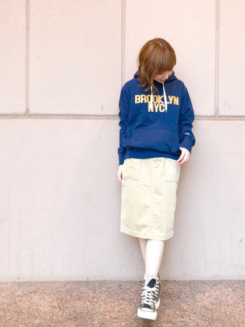 【チャンピオン】ロゴスウェットパーカーとタイトスカートに黒スニーカーを履いた女性