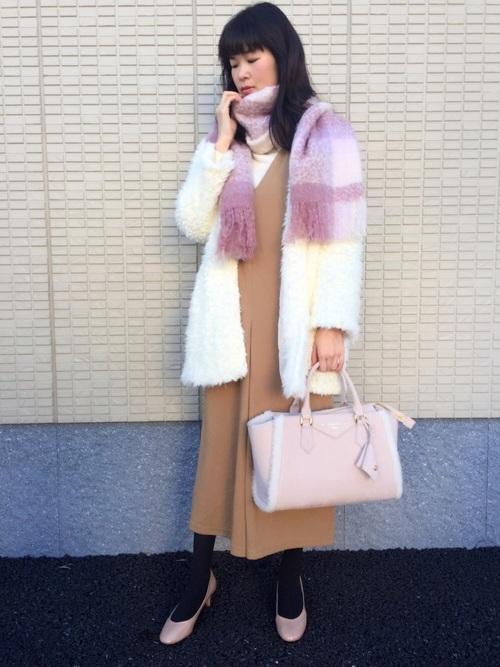 ノーカラージャケットとロンパースにピンクパンプスを履いた女性