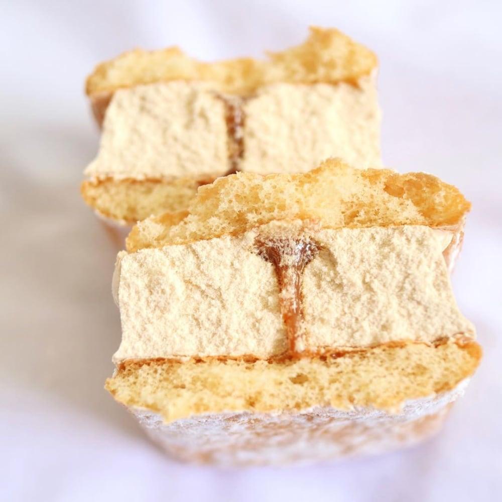 ふわふわケーキサンドミルクキャラメルアイスの断面写真