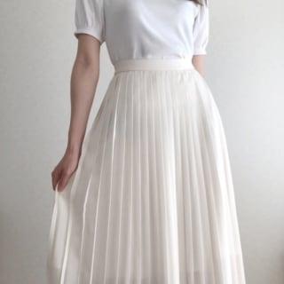 白のTシャツにユニクロのプリーツスカートのコーデ