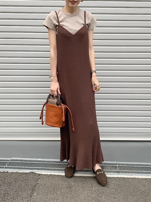 クルーネックTシャツとフレアニットキャミワンピースにローファーを履いた女性