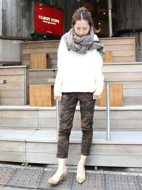 迷彩9分丈レギンスパンツと白アンゴラニットプルオーバーにベージュパンプスを履いた女性