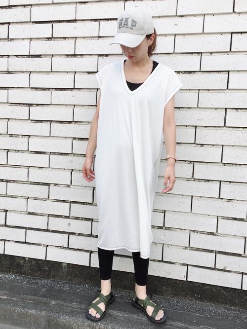 白フレンチ袖ワンピースに黒レギンスを履いた女性