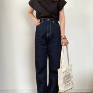 黒のTシャツにデニムパンツをはいてGUのサンダルを合わせたコーデ