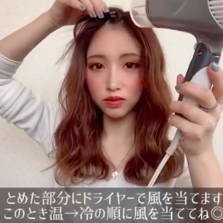 前髪アレンジをする女性