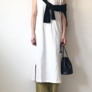 GUの白のIラインワンピースを着た女性