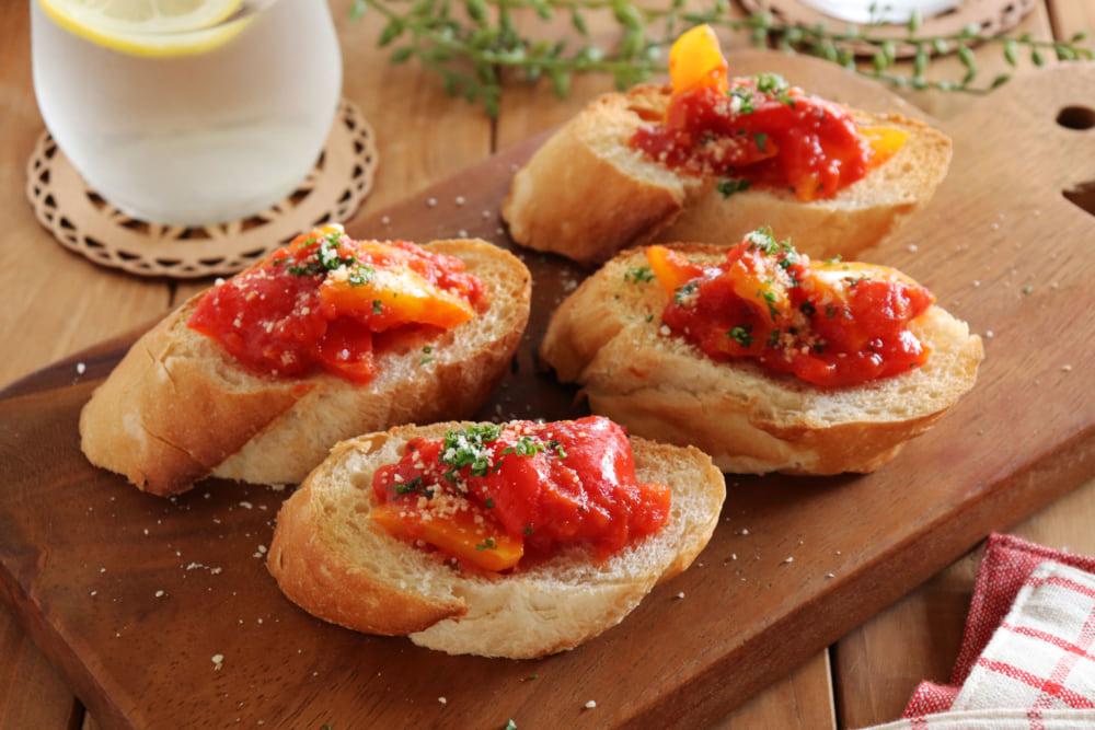 パプリカのトマト煮込みのブルスケッタ