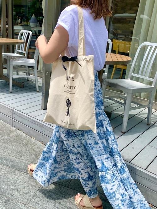 スリーフォータイムのマイバッグを持った女性