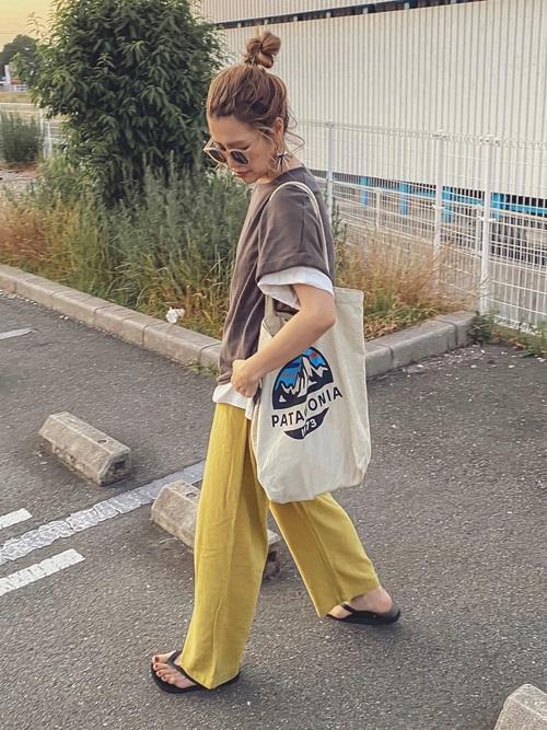 patagoniaのマイバッグを持った女性