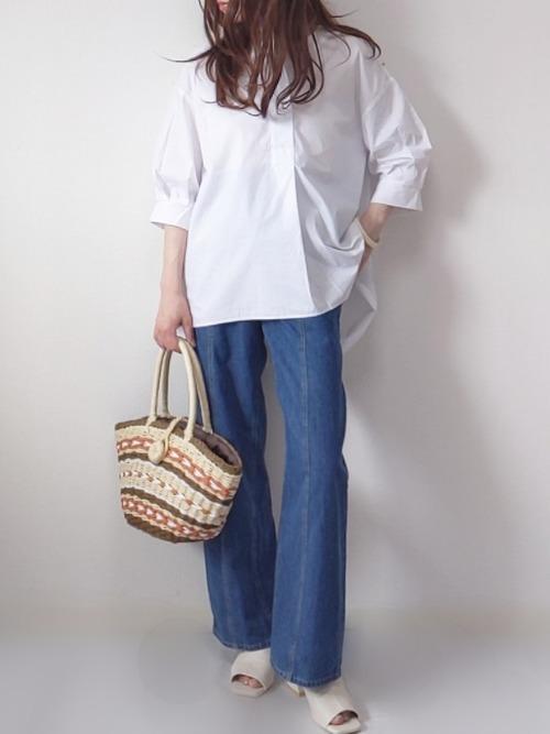 白シャツにジーンズの女性