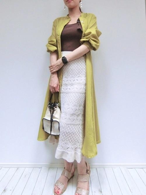 白のロングスカートの女性