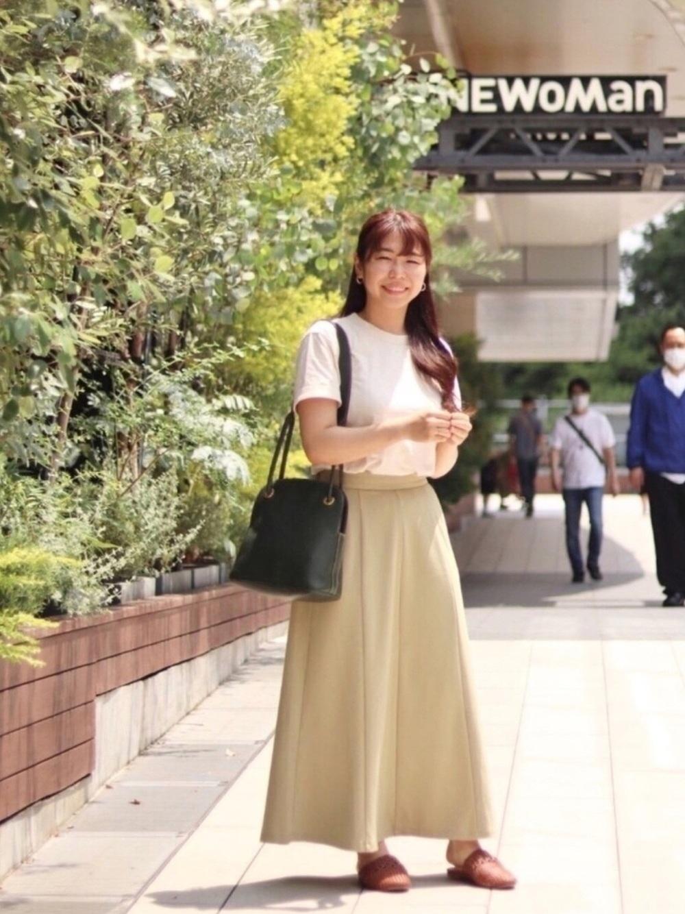 ユニクロの白Tと黄色のスカートがかわいいコーデ
