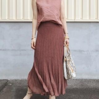 GUのピンクグラウスにロングスカートをはいた女性