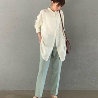 EZYアンクルパンツに白のシャツのコーデ