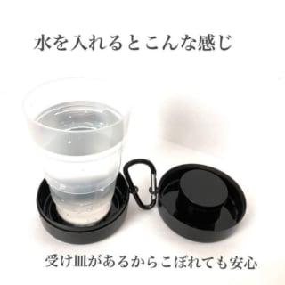 セリアの折り畳み式携帯コップに水を入れた写真