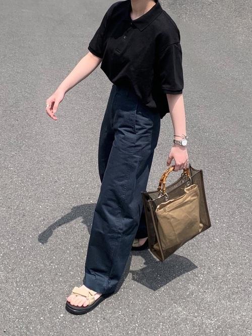 ポロシャツをワイドパンツを着た女性