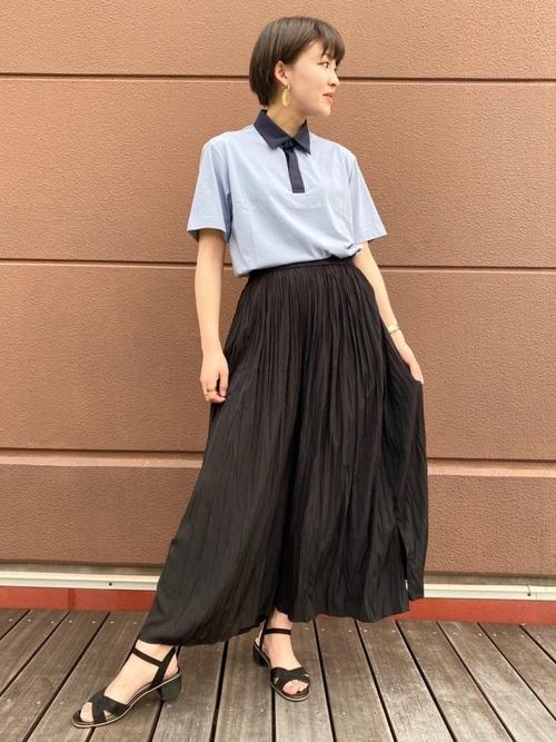 ポロシャツとロングスカートを着た女性