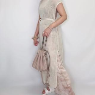 ワンピースとパンツとプリーツパンツを着用した女性