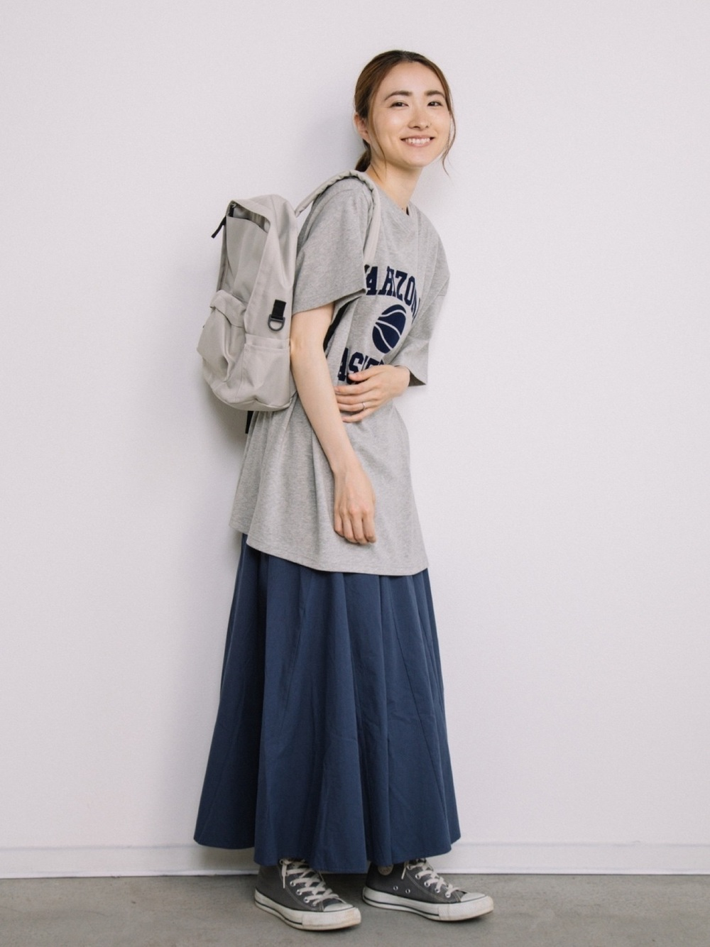 無印良品のライトベージュリュックサックにTシャツとスカートのコーデ