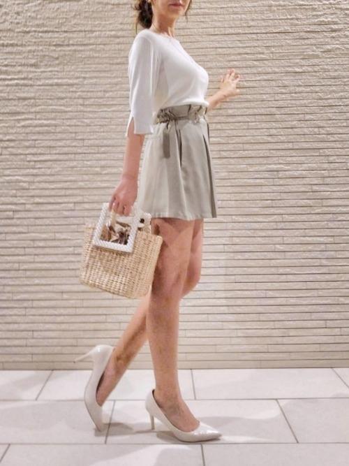 白のトップスにミニスカートにZARAのフェイクパールかごバッグのコーデ
