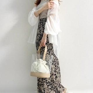タンクトップとシャツ、花柄スカートにGUのクリアバッグのコーデ