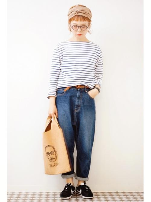 デニムサルエルパンツにボーダーバスクシャツを履いた女性