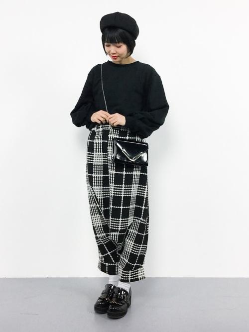 チェックワイドサルエルパンツにボリュームスリーブスウェットを着た女性