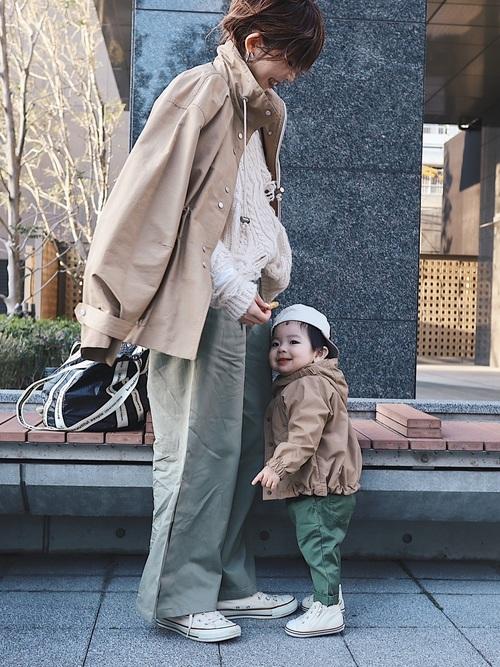 マウンテンジャケットとミリタリーパンツにスニーカーを履いた女性