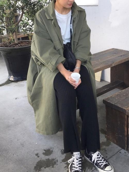 M-65 フィールドコートとリブパンツにローカットスニーカーを履いた女性