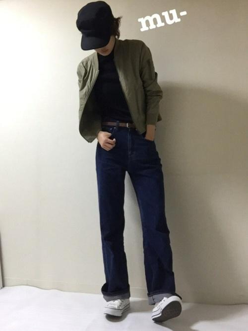 カーキミリタリーブルゾンにデニムワイドパンツを履いた女性