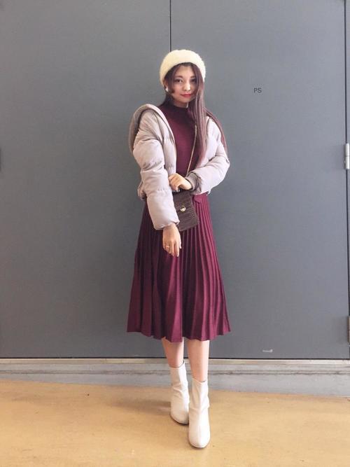 ェック柄チェスターコートにブラウンガウチョパンツを履いた女性