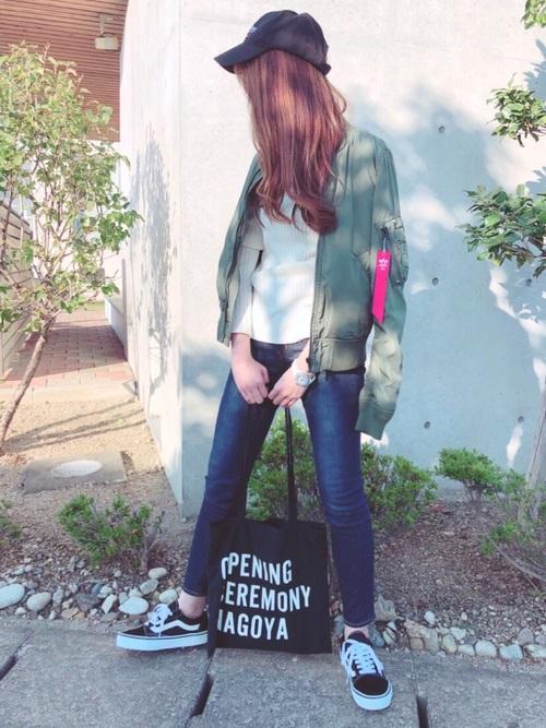 MA-1にスキニーデニムパンツを履いた女性