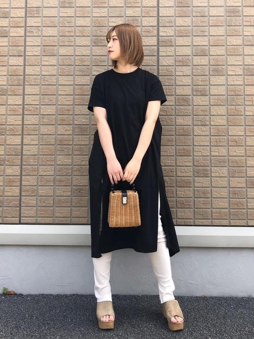 ユニクロの白リブスリットレギンスパンツと黒バッグストラップ切替ワンピースにベージュ厚底サンダルを履いた女性