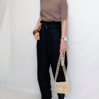 GUのパンツを履く女性