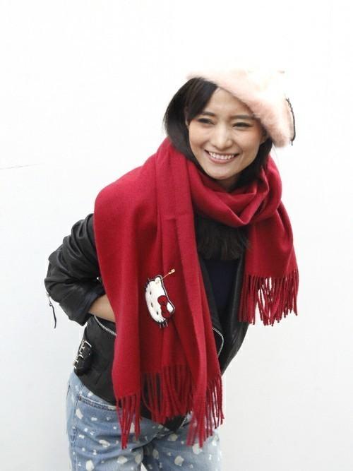 ハローキティ赤ストールとライダースジャケットにベレー帽を履いた女性