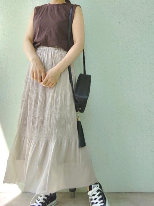 ランダムプリーツロングスカートにノースリーブのコーデ